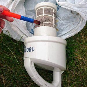 Bürsten Sie die überschüssigen Flusen und den Staub von der Außenseite des Filters ab.