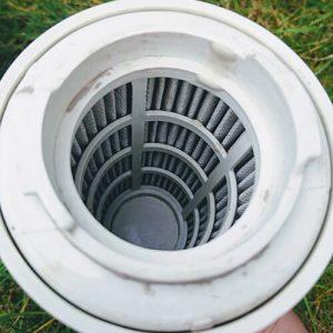 Das Innere des Filters sollte sauber sein, jetzt müssen Sie nur noch die Außenseite reinigen.