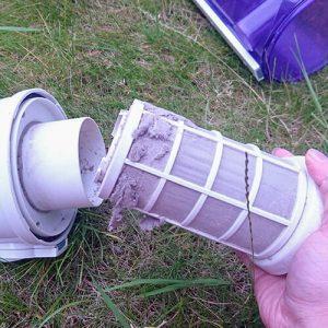Trennen Sie den Filter vom Staubsauger. Es ist deutlich, wo eine Reinigung erforderlich ist, da diese Bereiche mit Staub bedeckt sind!