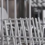 Wie wechselt man den Korbrollenhalter am Geschirrspüler?