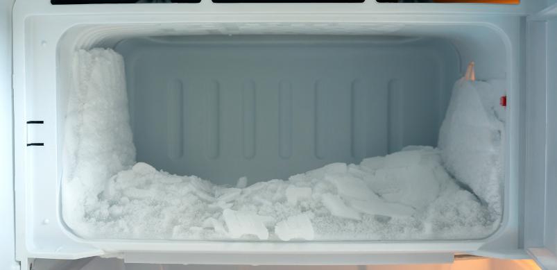 Wie man den Kühl-/Gefrierschrank richtig abtauen und reinigen sollte
